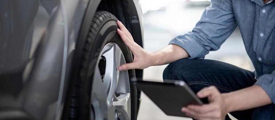 タイヤをさわる機械工
